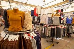 Bostanli/Izmir/Turkije, 20 Februari, 2019, Bostanli-textiel, kledingstuk, de marktbazaar Bospa van Jean stock fotografie