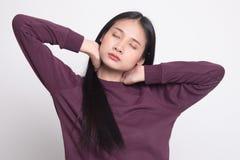 Bostezo asiático joven soñoliento de la mujer imagenes de archivo