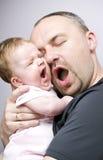 Bostezo de la hija del padre y del bebé Fotos de archivo