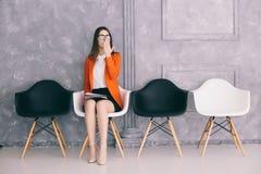 Bostezo de la muchacha para de la entrevista de trabajo que espera fotografía de archivo libre de regalías