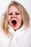 Bostezo mujer joven muy cansada Fotografía de archivo