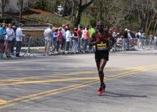 BOSTON - APRIL 18: Elitmanlöpare springer upp hjärtesorgkullen under den Boston maraton April 18, 2016 i Boston Royaltyfria Bilder