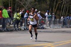 BOSTON - APRIL 18: Elitmanlöpare springer upp hjärtesorgkullen under den Boston maraton April 18, 2016 i Boston Royaltyfri Bild