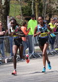 BOSTON - 18. APRIL: Läufer Joyce Chepkiruis (Kenia) und Tirfi Tsegaye (ETH) läuft herauf den Leid-Hügel Lizenzfreie Stockfotos