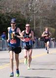 BOSTON - APRIL 18: manliga löpare springer upp hjärtesorgkullen under den Boston maraton April 18, 2016 i Boston Royaltyfria Bilder