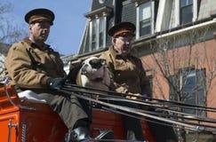 Boston-Bierwagen-und Englisch-Stier-Hund, St Patrick Tages-Parade, 2014, Süd-Boston, Massachusetts, USA Stockfotografie