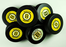 Boston Bruins-Hockey-Pucke Lizenzfreie Stockfotos