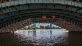 Boston Cambridge stadssikt från under bron Arkivbild