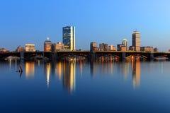 Boston Charles River e orizzonte posteriore della baia alla notte Fotografia Stock Libera da Diritti