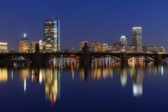 Boston Charles River en Achterbaaihorizon bij nacht Stock Foto