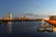 Boston Charles River en Achterbaaihorizon bij nacht Stock Foto's