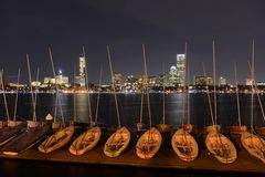 Boston Charles River und hintere Buchtskyline nachts Lizenzfreie Stockfotografie