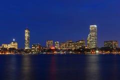Boston Charles River y horizonte trasero de la bahía en la noche Fotografía de archivo libre de regalías