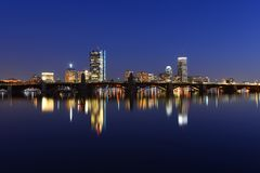 Boston Charles River y horizonte trasero de la bahía en la noche Imagenes de archivo