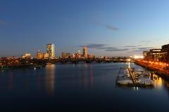 Boston Charles River y horizonte trasero de la bahía en la noche Foto de archivo