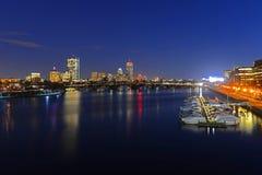 Boston Charles River y horizonte trasero de la bahía en la noche fotos de archivo