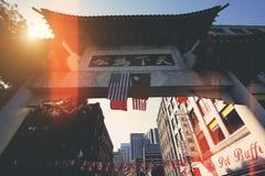 Boston, Chinatownstraten bij een heldere zonnige dag stock foto's