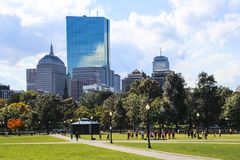 Boston común y jardín público con el ejercicio de la gente fotografía de archivo