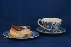 Boston-Creme-Torte und Tee Lizenzfreies Stockfoto