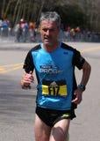 BOSTON - 18 DE ABRIL: Los corredores de los hombres de la élite compiten con encima de la colina de la angustia durante Boston ma Fotografía de archivo libre de regalías