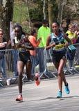 BOSTON - 18 DE ABRIL: Os corredores de Joyce Chepkirui (Kenya) e de Tirfi Tsegaye (ETH) competem acima do monte do desgosto Fotos de Stock Royalty Free
