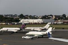 Boston de V.S. 23 09 2017 - bedrijfsjetvliegtuigen op vliegveld dichtbij van het vertrekaankomst van het aeroport eindparkeren Stock Afbeeldingen