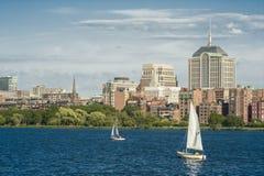 Horizonte de Boston en el río Charles Foto de archivo