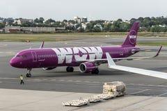 Boston Etats-Unis 23 09 2017 avion pourpre d'Airbus A321 de la société bonne marchée islandaise wow à l'aéroport international Photographie stock libre de droits