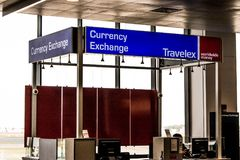 Boston EUA 01 10 Serviço 2017 contrário de troca de moeda de Travelex Loja da troca de dinheiro no aeroporto internacional de log Fotografia de Stock Royalty Free