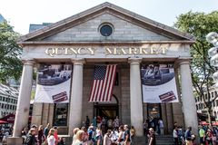 BOSTON FÖRENTA STATERNA 05 09 2017 - folk på utomhus- Faneuil som shoppar Hall Quincy Market Government Center den historiska sta Fotografering för Bildbyråer
