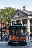 BOSTON FÖRENTA STATERNA 05 09 2017 - folk på utomhus- Faneuil som shoppar Hall Quincy Market Government Center den historiska sta Royaltyfri Fotografi