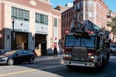 Boston-Feuerwehrmaschine, die an einem Anruf im Stadtzentrum teilnimmt stockbild