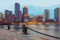 Boston-Hafen und Finanzbezirk bei Sonnenuntergang Boston, Massachusetts, USA Stockfotografie