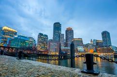 Boston-Hafen und Finanzbezirk in der Dämmerung in Boston Lizenzfreies Stockfoto