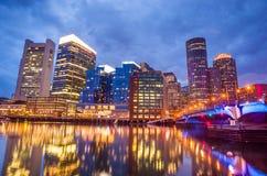 Boston-Hafen und Finanzbezirk in der Dämmerung in Boston Stockbild