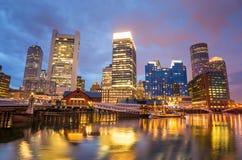 Boston-Hafen und Finanzbezirk in der Dämmerung in Boston Lizenzfreie Stockfotos