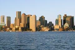 Boston hamn och den Boston horisonten på soluppgång som sett från södra Boston, Massachusetts, New England Arkivbild