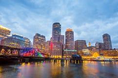 Boston hamn och finansiellt område på skymning i Boston Royaltyfri Bild