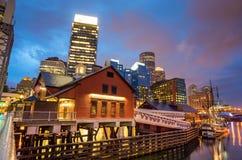 Boston hamn och finansiellt område på skymning i Boston Arkivbild
