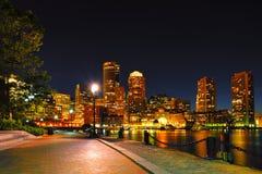 Boston Harborwalk en la noche foto de archivo libre de regalías