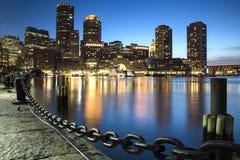 Boston horisont av Boston på solnedgången Arkivfoton