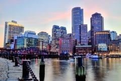 Boston horisont med det finansiella området och Boston hamnen Royaltyfri Fotografi