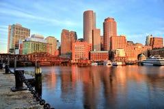 Boston horisont med det finansiella området och Boston hamnen på soluppgång Royaltyfri Bild