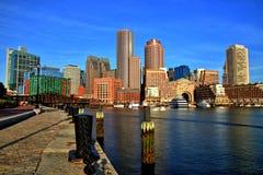 Boston horisont med det finansiella området och Boston hamnen på soluppgång Arkivbild