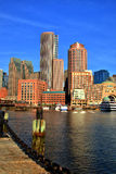 Boston horisont med det finansiella området och Boston hamnen på soluppgång Royaltyfri Foto