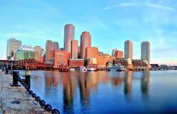 Boston horisont med det finansiella området och Boston hamnen på soluppgångpanorama Royaltyfria Foton
