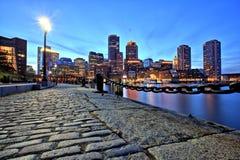 Boston horisont med det finansiella området och Boston hamnen på skymning Royaltyfri Fotografi