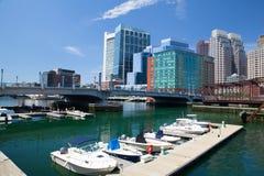 Boston horisont och nordlig avenybro Arkivbild