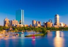 Boston horisont på aftonen Cityscape av den tillbaka fjärden Boston Arkivbild
