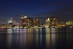 Boston horisont på natten, Massachusetts, USA Arkivbild